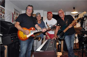 Die Band just4oldies voll in ihrem Element: (v.l.) Mike Warych, Ingrid Bednarski ,Klaus Alexander, Jürgen Albring.
