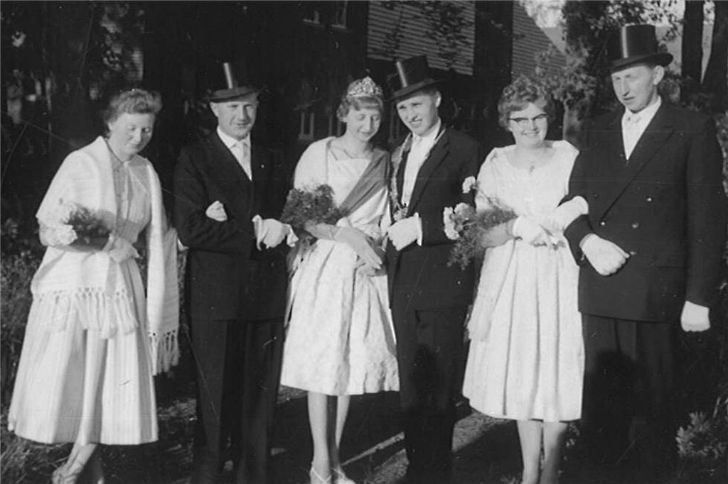 Ein Bild vom Averbecker-Schützenfest 1960: Lene Roters (v.l), Heinz Rulle, Maria Roters, Helmut Rulle, Elfriede Rulle und Heini Roters.