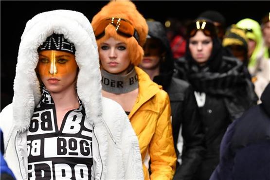 0ff6772cd442 Berliner Modewoche mit Fellmützen und Federkleid