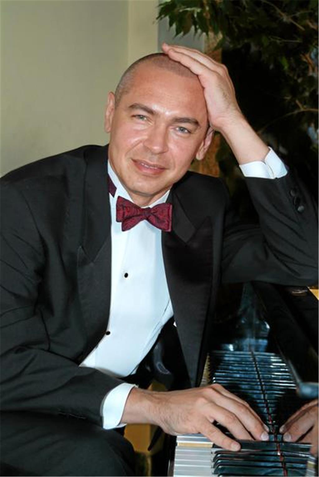 Ein Pianist, der erst betäubt und dann schwindelig spielt